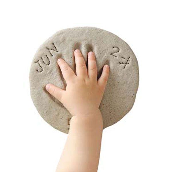 ねんどにお子さまの手形や足形をとってオーブンレンジで焼けば、石のようなレリーフの出来上がり
