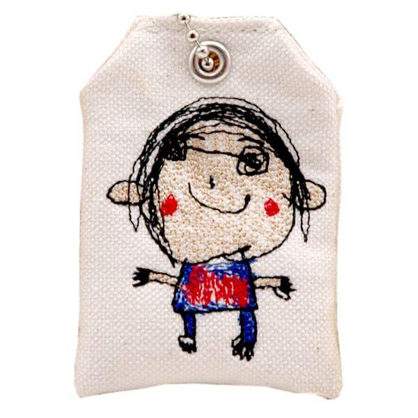 子どもの似顔絵や文章を刺繍したオリジナルお守り