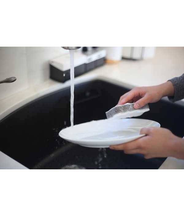 [02]汚れがつきやすいシンク内を撥水コーティングし、汚れ・カビをつきにくく清潔にします。