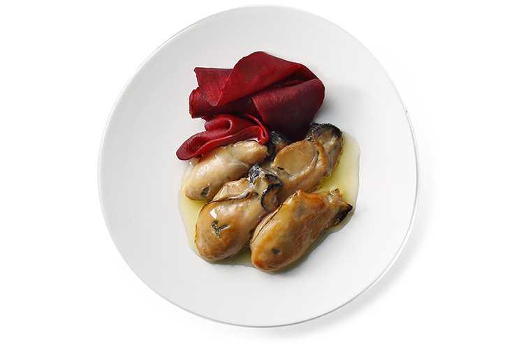 牡蠣スモークとビーツのマリネ