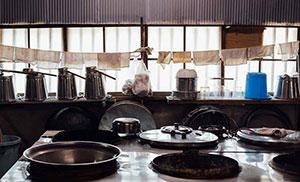 小豆島食品 タッパーに白ご飯を詰め込んで