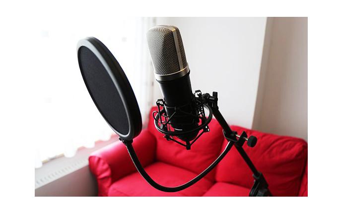 ナレーションを録りたいけど、プロの声優って素人と違うの?