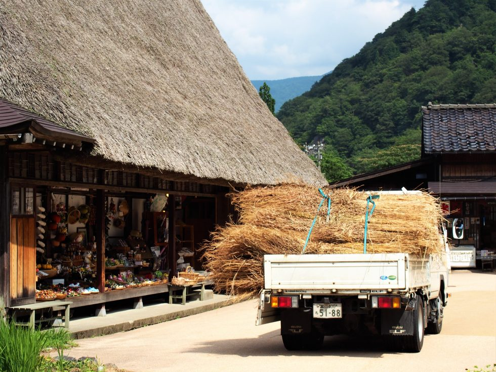 トラックで運ぶのだって大事な作業のひとつ
