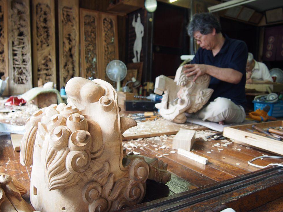 木彫りの里では、彫刻師の仕事を間近で見られる