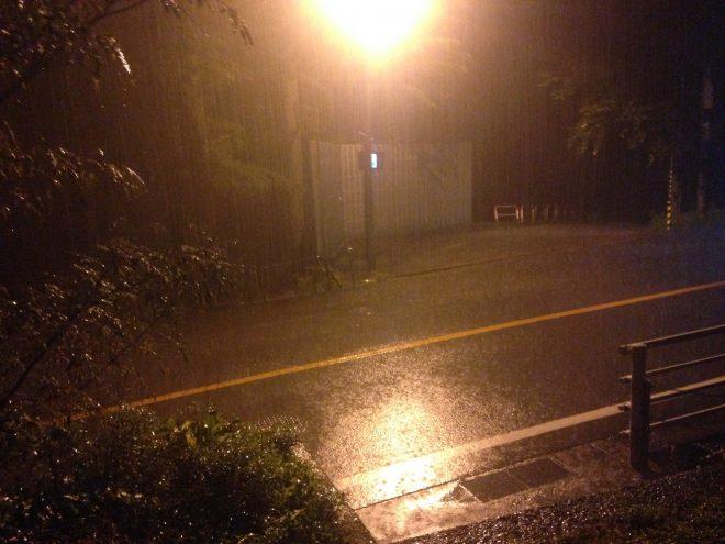体験ハウスの玄関から。外はなかなかの雨です。