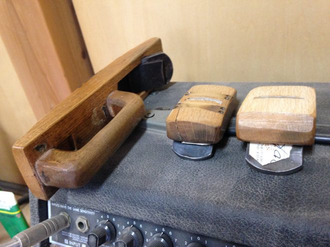 既製品を加工して、自分専用にカスタマイズしたという鉋(かんな)。ボディの曲面を削り出すのはこの3つです。