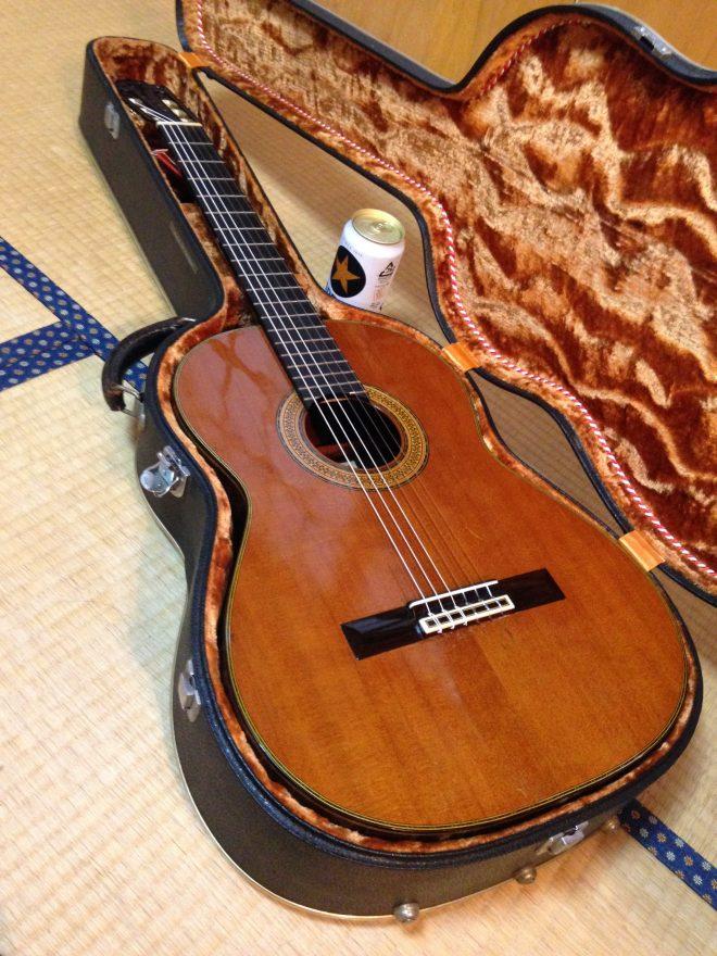 親戚からお借りしている、僕にはもったいないクラシックギター。旅先で弾く「故郷」とか、イイもんですよ。