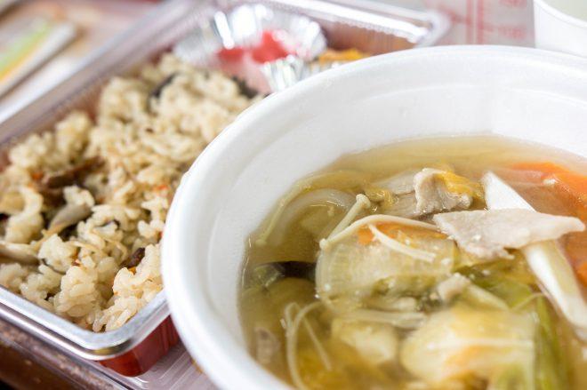 松本さんの家族が作った豚汁と頂いたお弁当。豚汁が本当に美味しくておかわり。