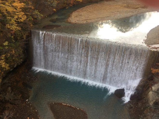 同じく森の大橋からの風景。人工滝らしく、垂直に落ちる様は圧巻!