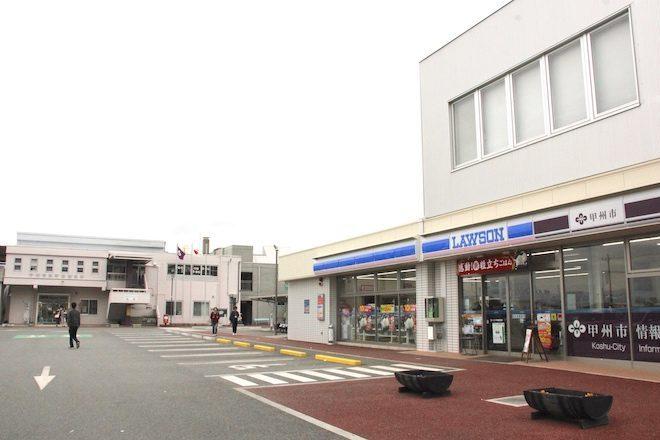 奥の建物が甲州市役所勝沼支所と地域子育て支援センターあっぷっぷ