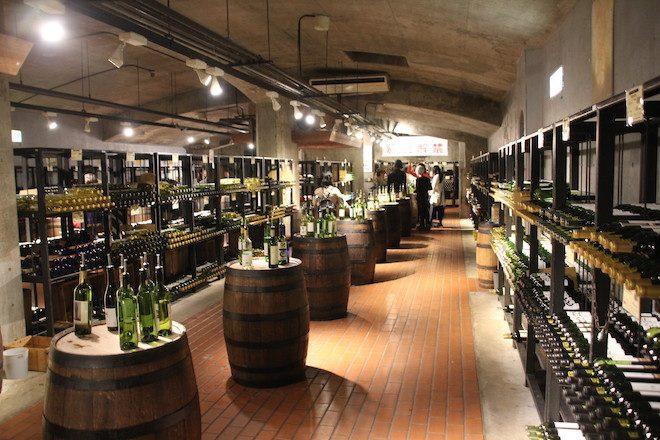 約200銘柄のワインが試飲できる「ワインカーヴ」