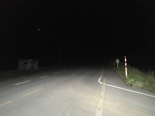 夜の志賀町、街頭が少なく暗闇が広がる