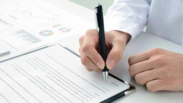 契約書の翻訳は独力で?それとも専門業者に依頼すべき?