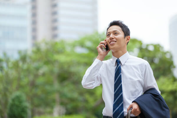 営業リストを使って営業をしているサラリーマンの画像