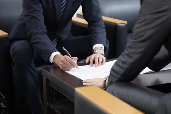 記帳代行の契約書について会議している画像