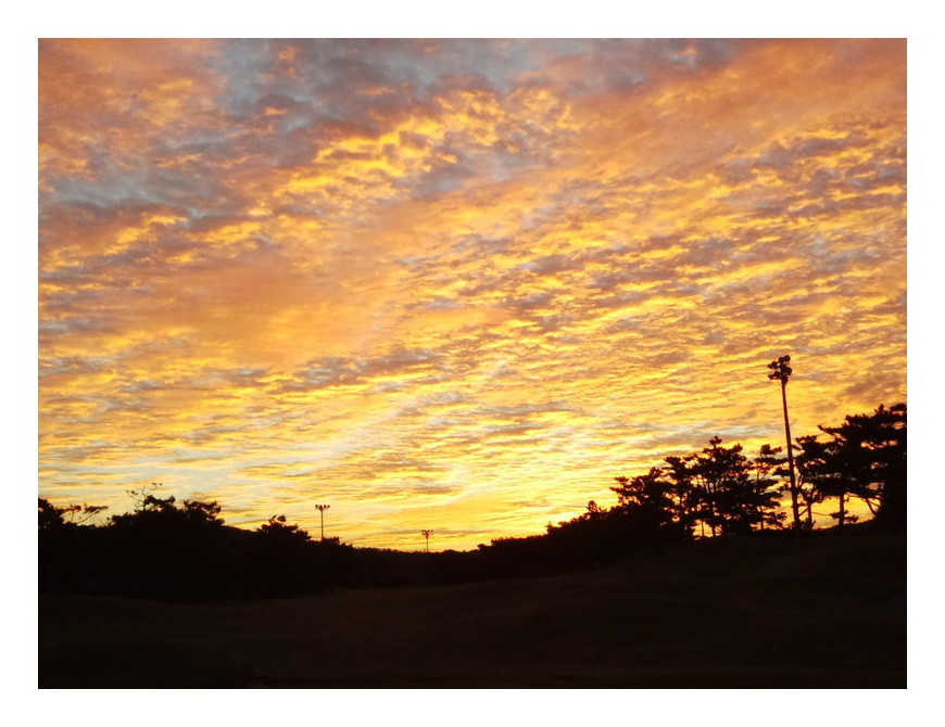 沖縄のゴルフ場からの朝焼け