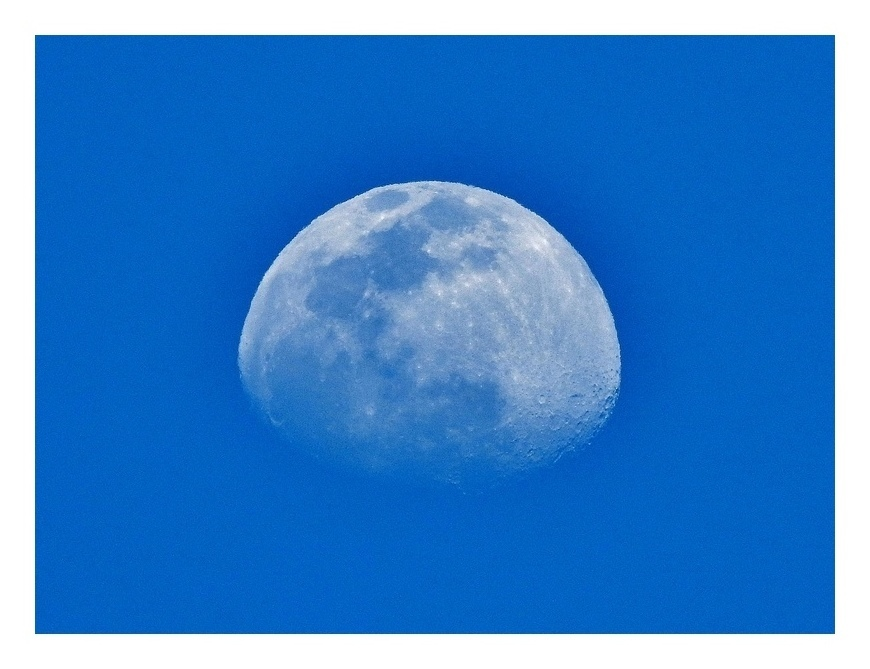 青空に半月